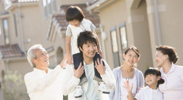 夫婦と子供、夫の両親が仲良く散歩している