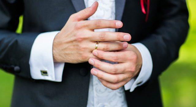指輪を外そうとする既婚男性